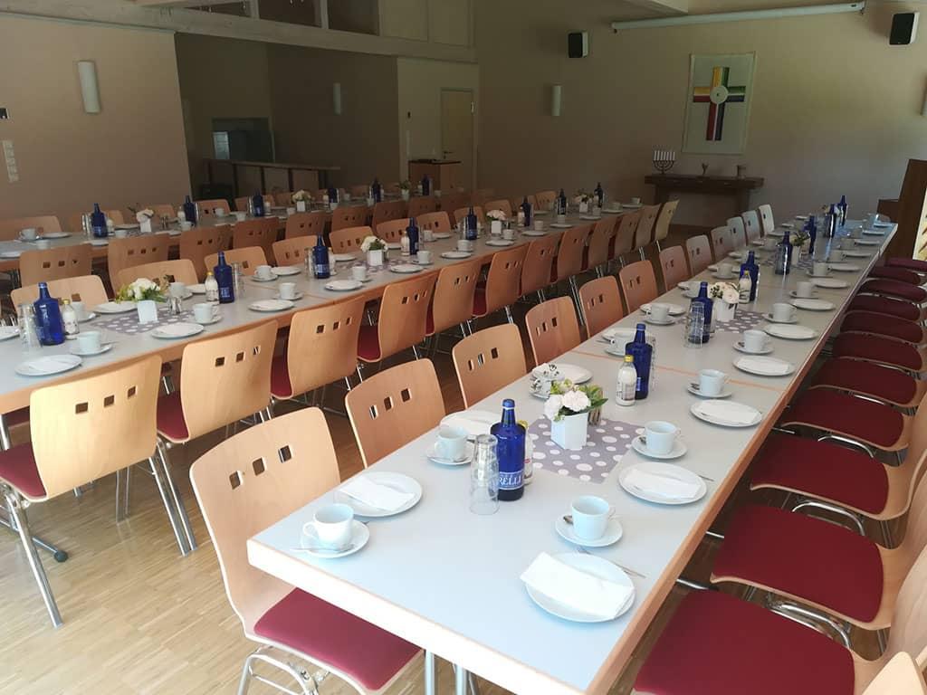 Gedeckte Tische im Gemeindesaal der Gemeinde Pölzig