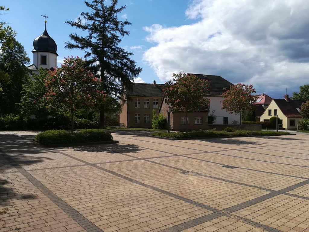 Kirche Pölzig mit Parkplatz