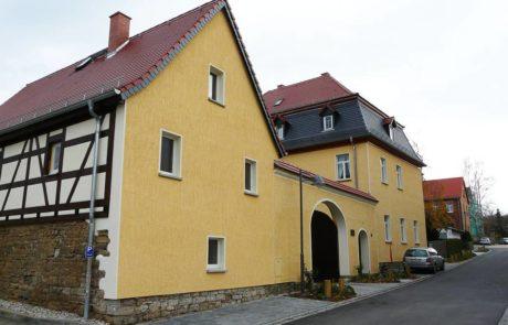 Eingang zum Pfarrhof Pölzig