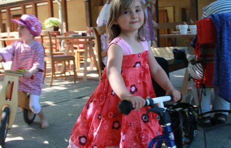 Kinder spielen im Parrhof